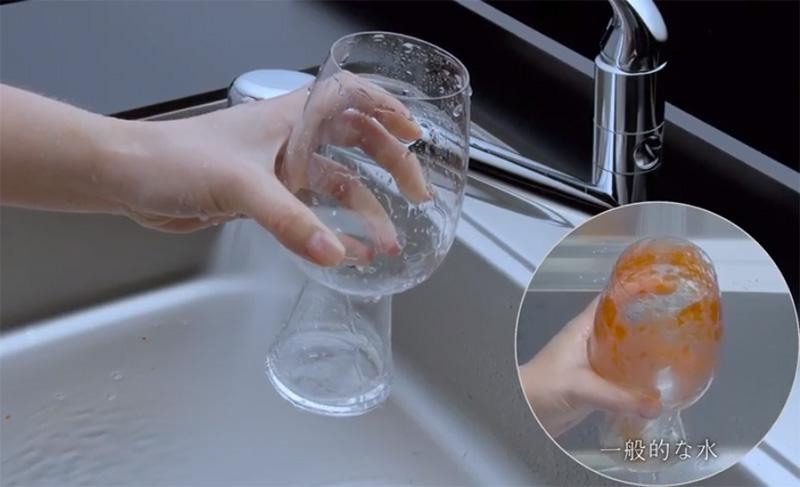 画像:トマトジュースの汚れを落とす画像